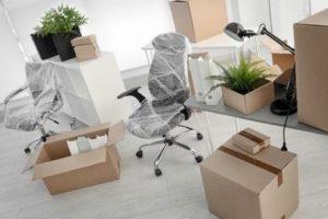 ציוד משרדי בארגזים במהלך הובלת משרדים