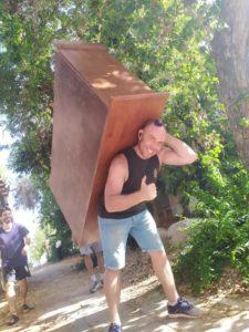 תמונה של סלאבה, בעלים של אפדייט הובלות מרים רהיט ומחייך.