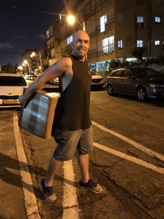 סלאבה סוחב ארגז במהלך הובלת דירה