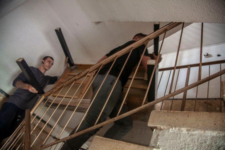 במהלך הובלות דירה, צוות אפדייט הובלות מוביל ציוד בחדר המדרגות