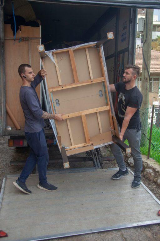 אנשי צוות של אפדייט הובלות במהלך הובלת דירה ברחובות