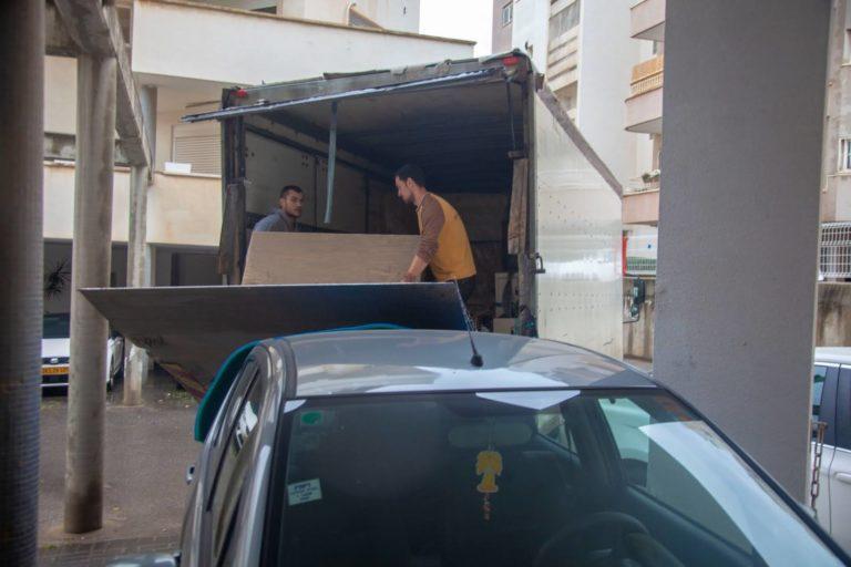 צוות אפדייט הובלות במשאית ההובלה מעבירים דירה בבת ים