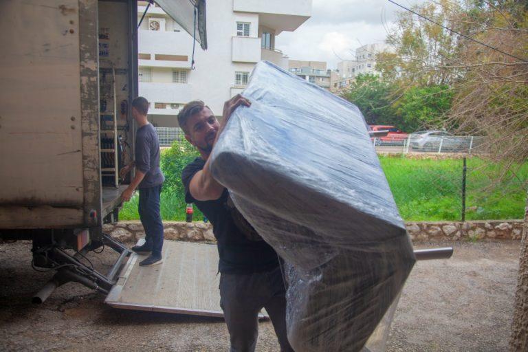 מעבירים דירה במהלך הובלה בתל אביב