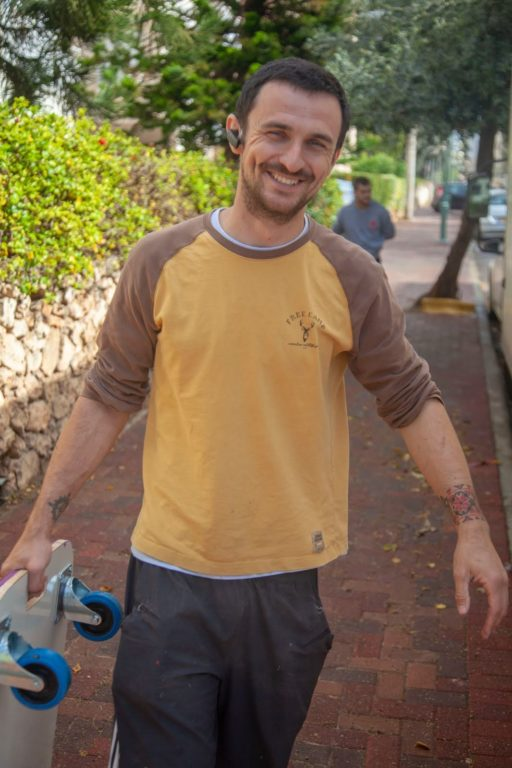 מוביל מצוות ההובלה של אפדייט הובלות מחייך למצלמה במהלך הובלות בנתניה