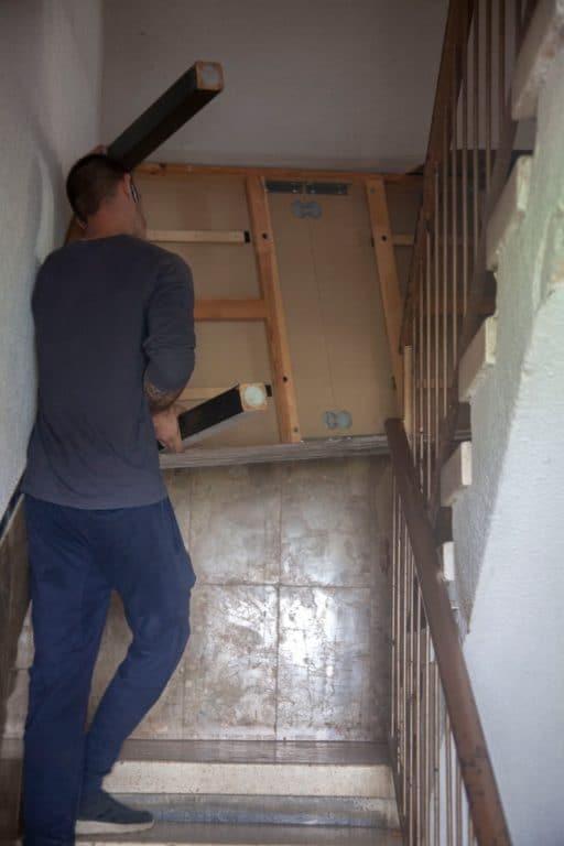 מובילים מיטה בחדר מדרגות במהלך הובלת דירה באריאל