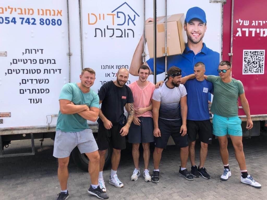 צוות אפדייט הובלות ליד המשאית