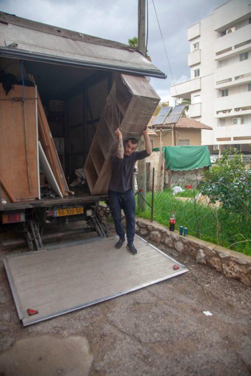 פורקים ריהוט ממשאית ההובלה במהלך הובלות באשקלון