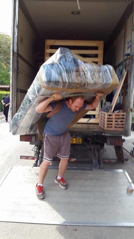 מובילים מיטה למשאית ההובלה במהלך הובלות באשקלון